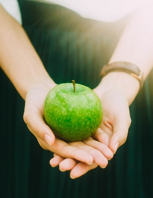 Hands_holding_green_apple